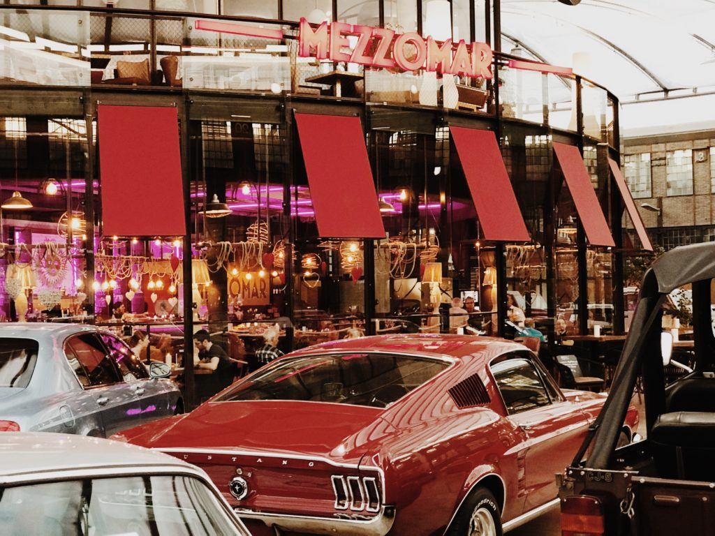 Das MEZZOMAR Restaurant with a view on the cars