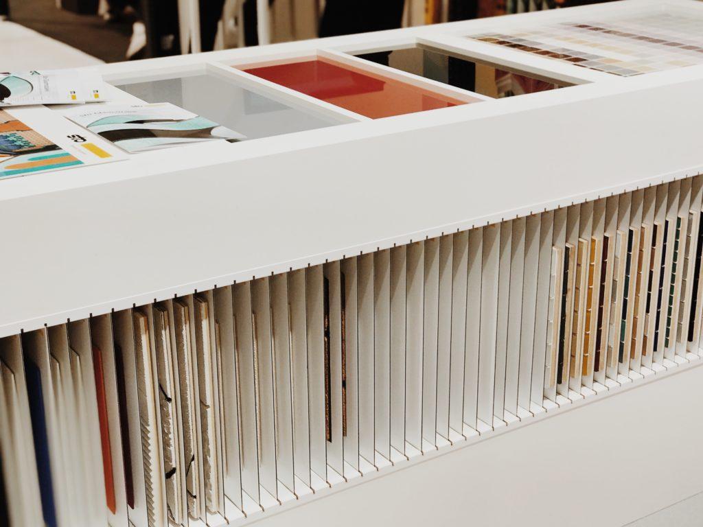 Multifuncional exhibition table