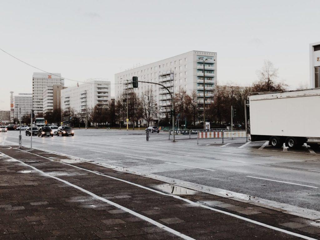 Blick auf die Karl-Marx-Allee in Berlin-Friedrichshain