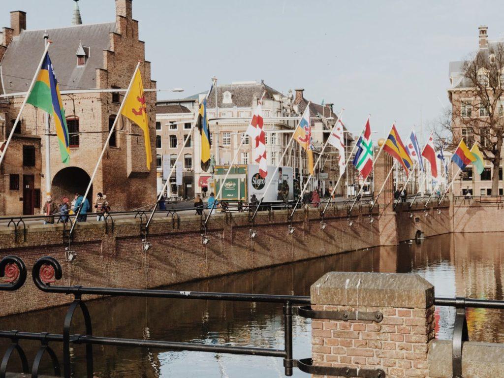 Gedenkzuil Buitenhof flags, Den Haag (Den Haag), Niederlande